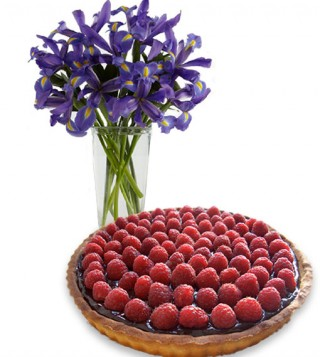 crostata-ai-lamponi-con-bouquet-di-iris