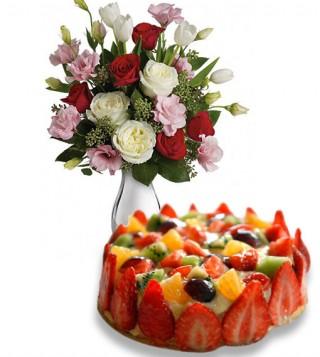 torta-alla-frutta-con-bouquet-di-roselline-delicate