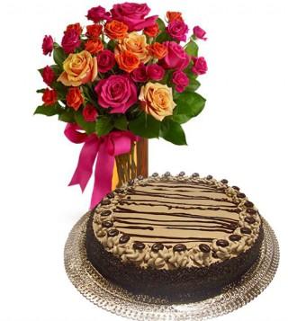 torta-al-caffe-con-bouquet-di-roselline-miste-dai-toni-caldi