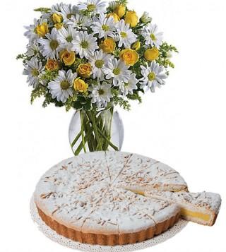 torta-della-nonna-con-bouquet-di-margherite-e-roselline