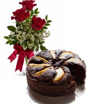 cosegna-torta-cioccolato-e-pere-rose-rosse