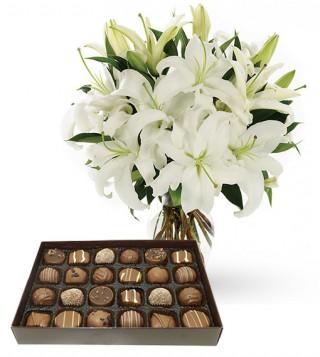 bouquet-di-gigli-bianchi-con-scatola-di-cioccolatini