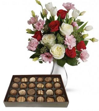 bouquet-di-roselline-con-scatola-di-cioccolatini